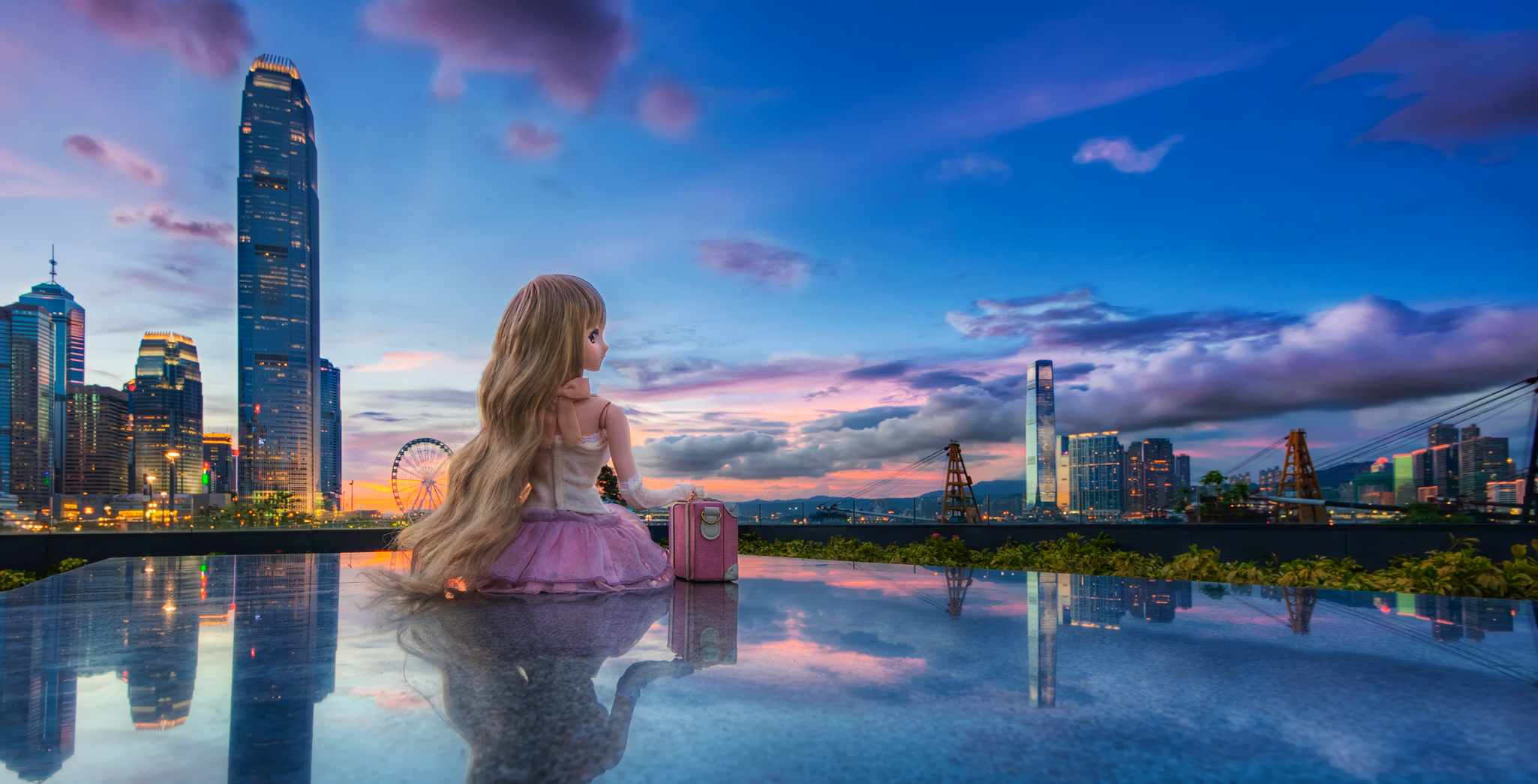 Una muñeca frente a una ciudad - 2050x1045