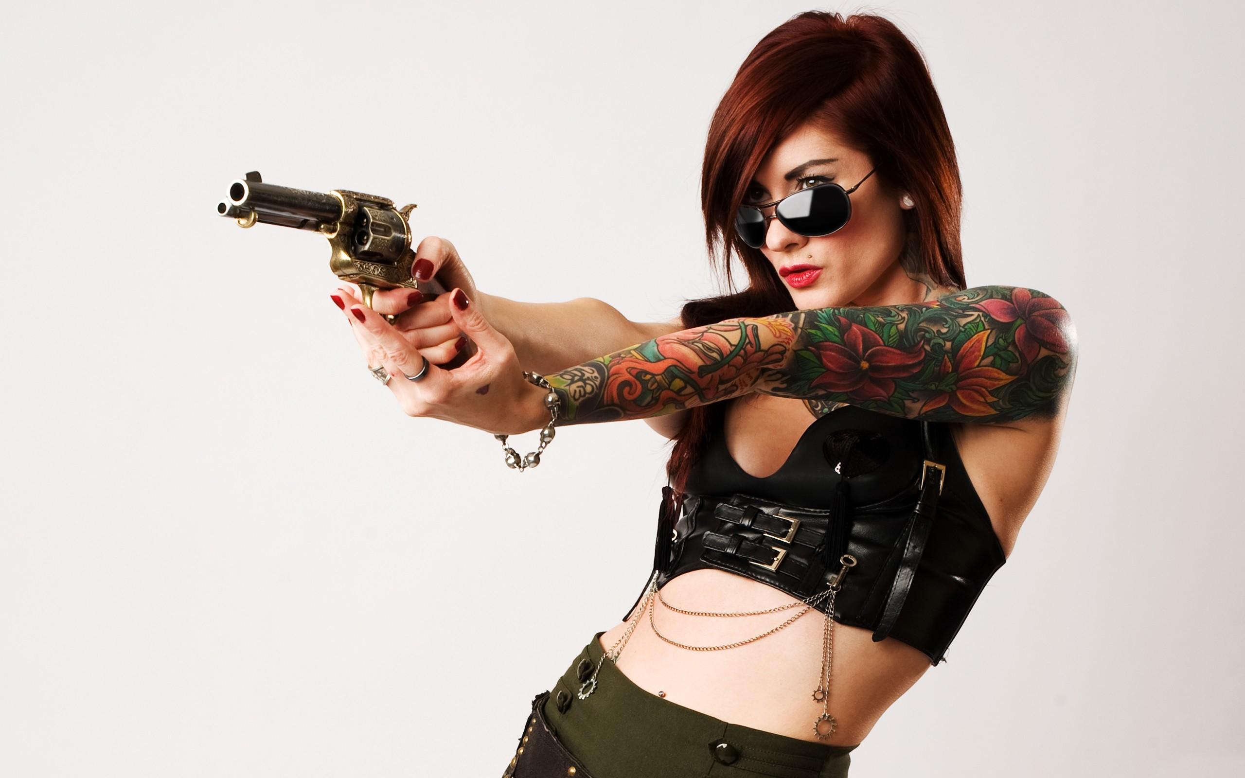 Una pelirroja y un revólver - 2560x1600