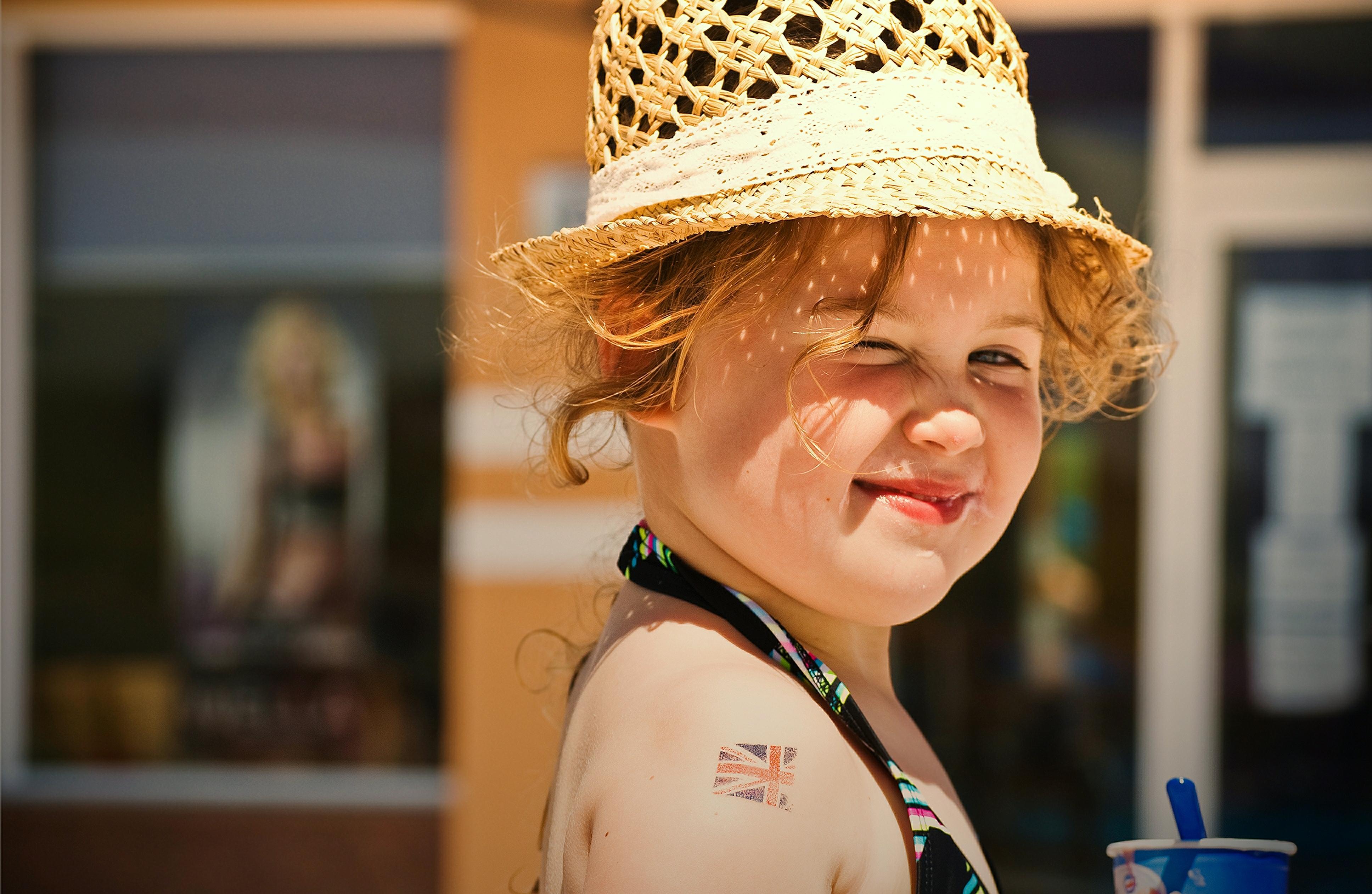 Una pequeña niña rubia - 3872x2526