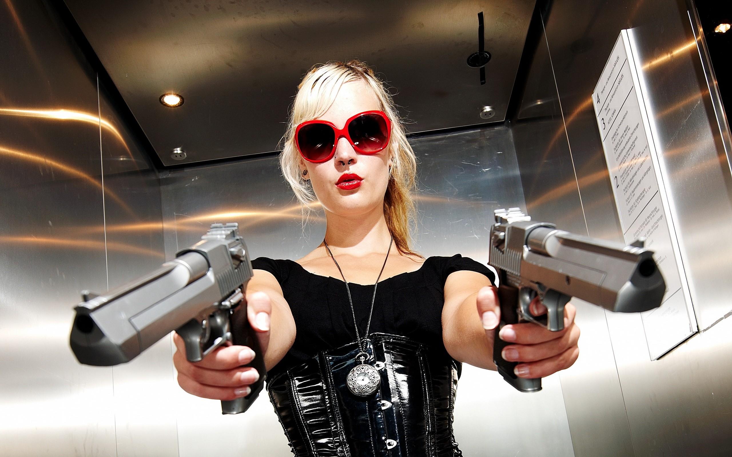 Una rubia con dos pistolas - 2560x1600