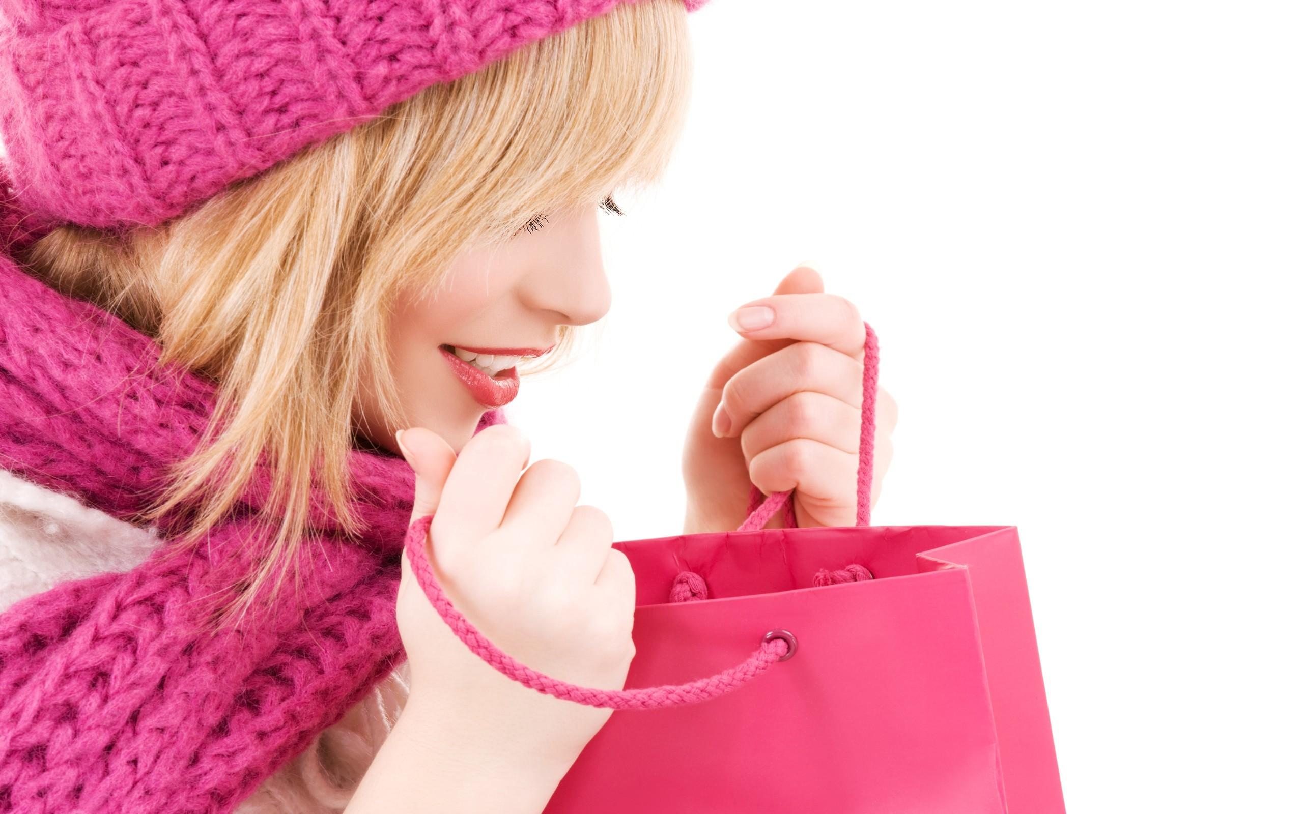 Una rubia y una bolsa de regalo - 2560x1600