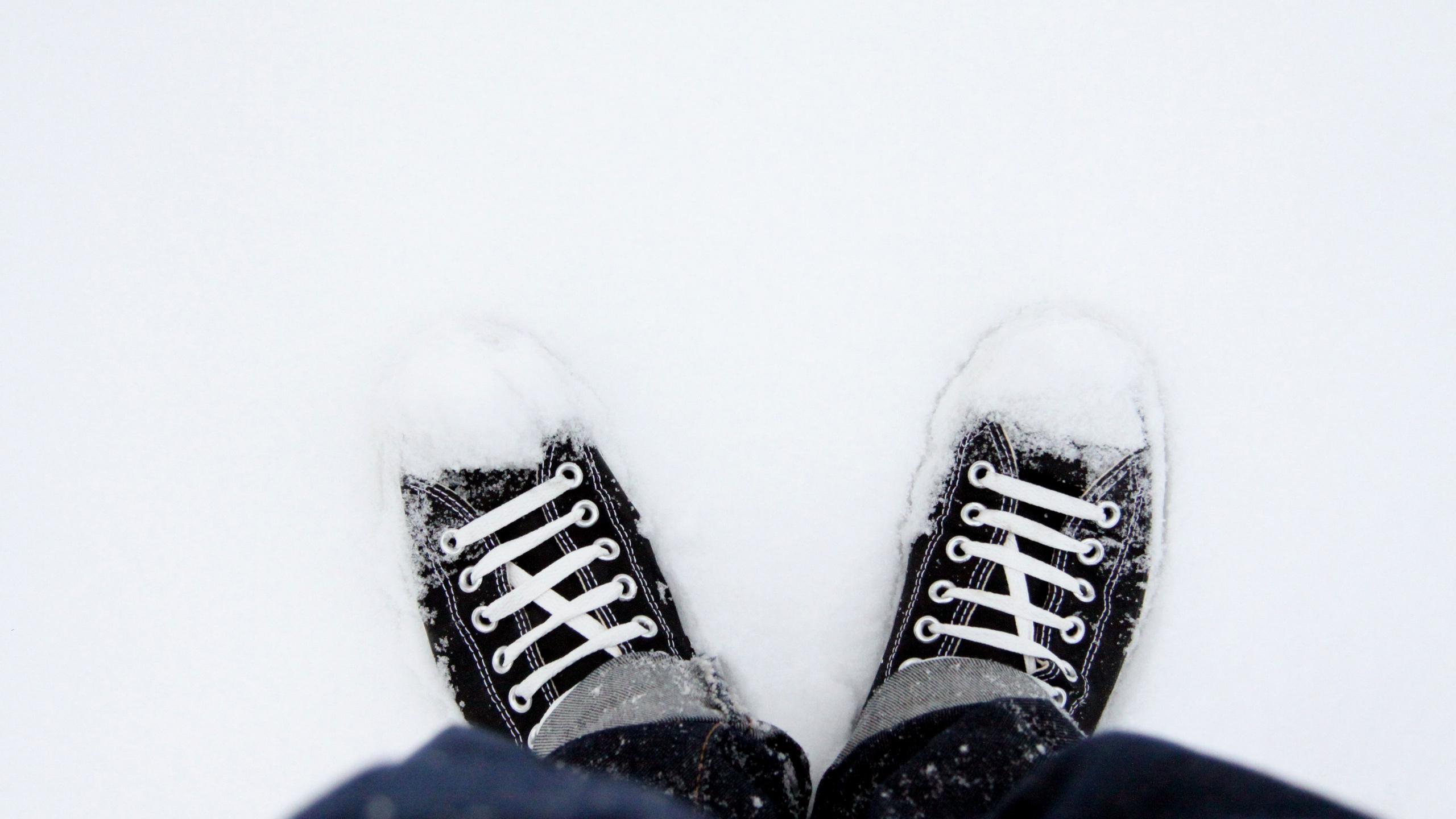 Zapatillas Converse en la nieve - 2560x1440