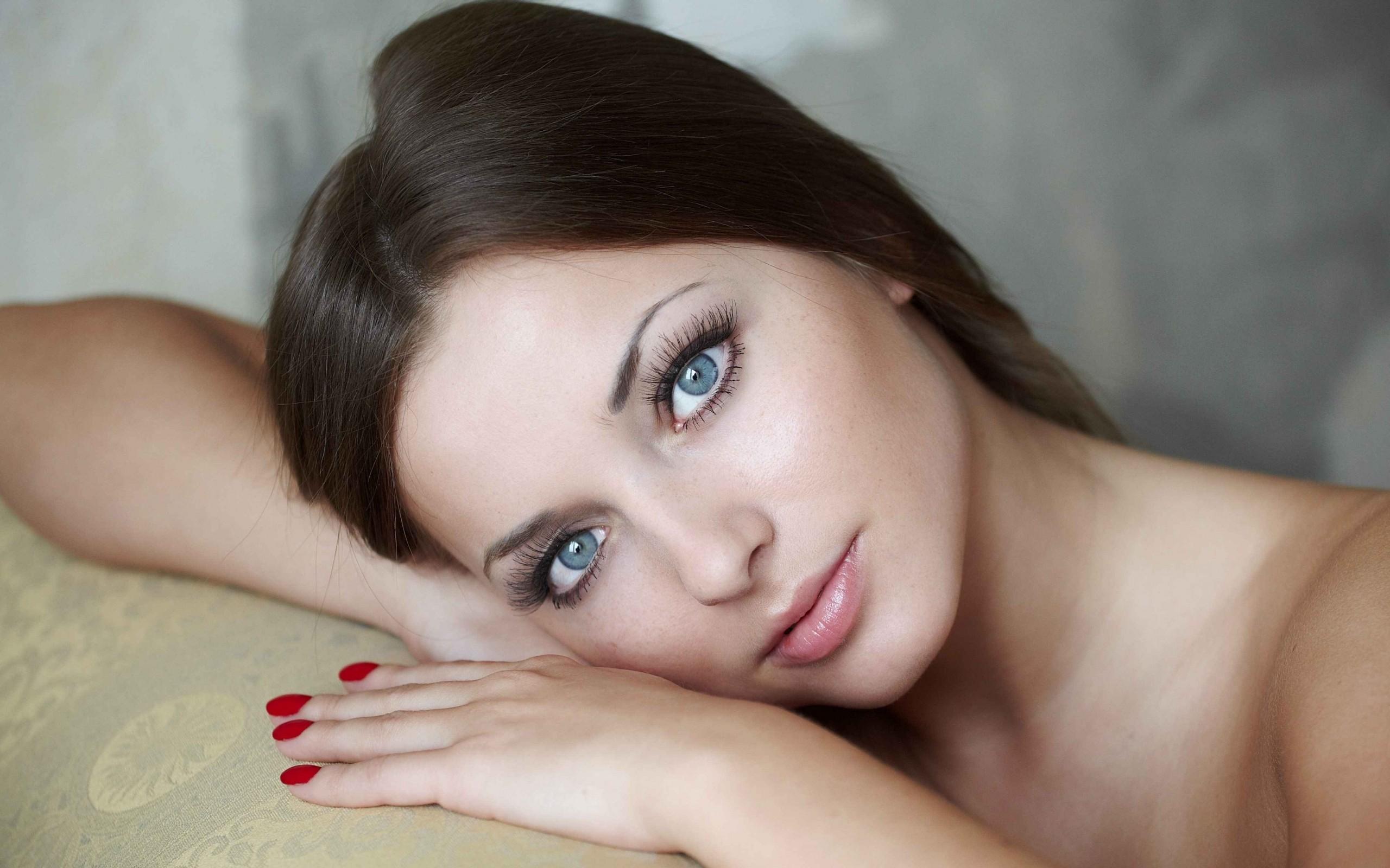 Chica hermosa con ojos azules - 2560x1600