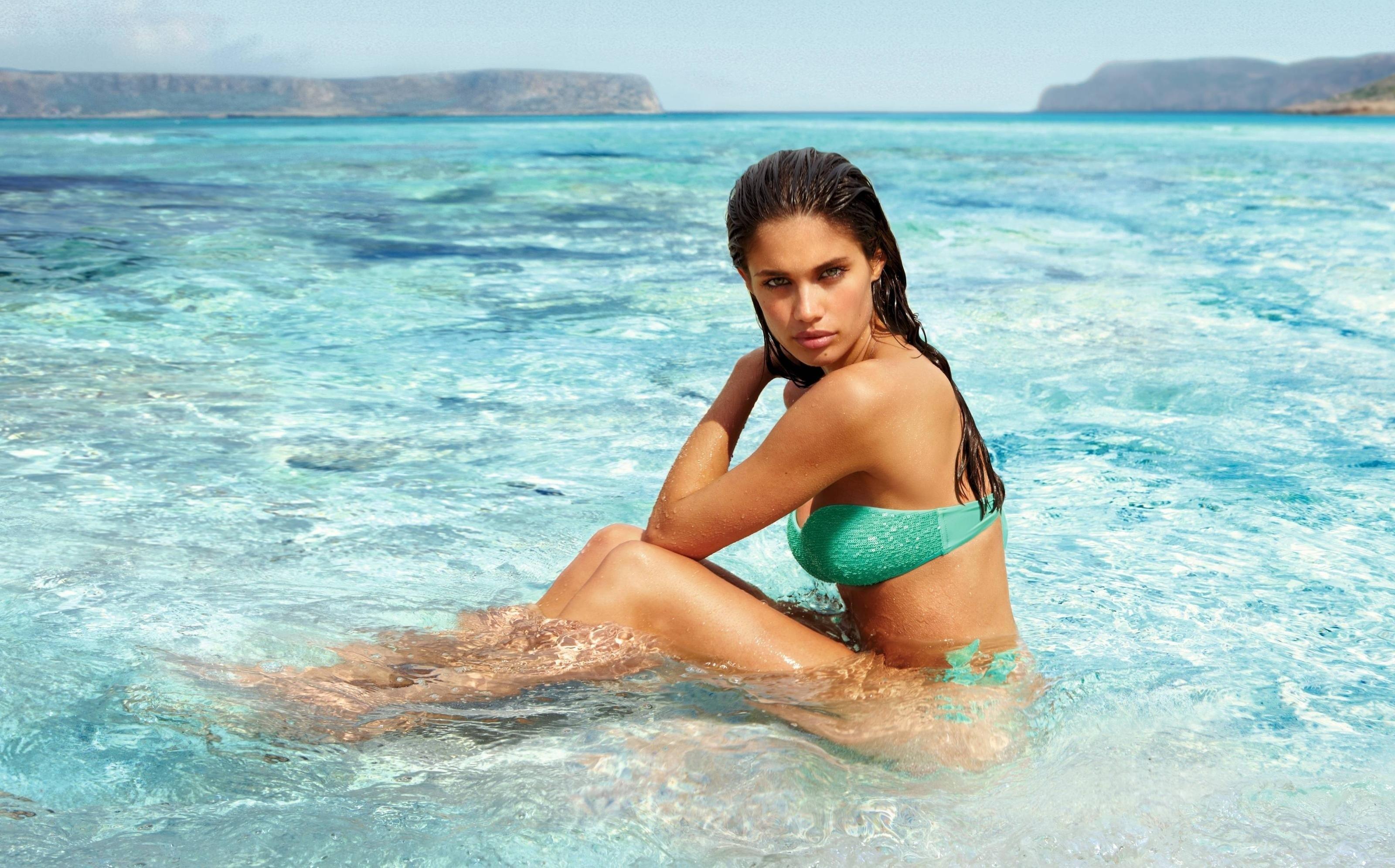 Sara Sampaio en bikini - 3200x1993