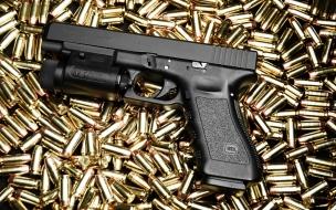 Una pistola GLock y munición