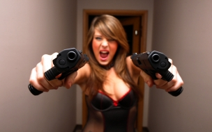 Una chica con pistolas