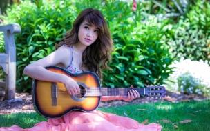 Una asiática con guitarra