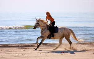 Chica paseando a caballo