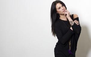Megan Lyn con vestido negro