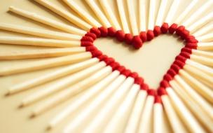 Un corazón con fósforos