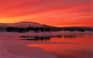 Puesta de sol rojiza en antartida