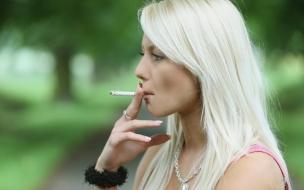 Chica rubia fumando
