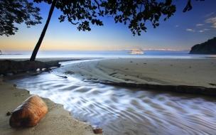 Playa virgen y un crucero