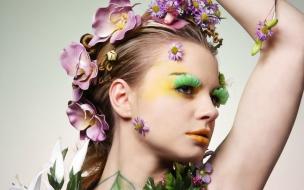 Mujer con adorno de flores