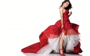 Evangeline Lilly en vestido rojo
