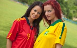Chicas con camisetas de futbol