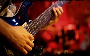 Una guitarra en un musico