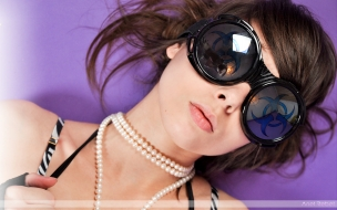 Una hermosa chica con lentes