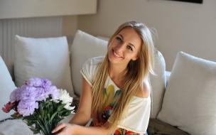 Una chica rubia y flores