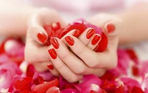 Uñas rojas y pétalos de rosas