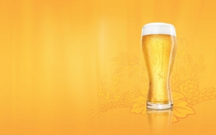 Vaso de cerveza dorada