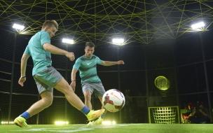 Jugar futbol de noche