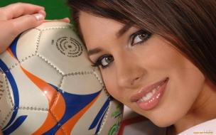 Una chica y balón de fútbol