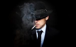 Un hombre fumando un cigarro