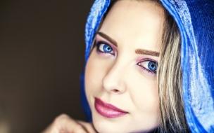 Bella mujer de ojos azules