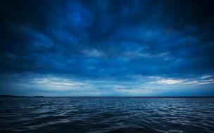 El mar y nubes de azul