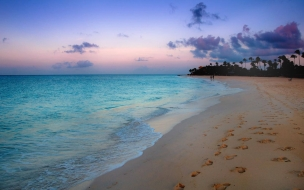 Amanecer en la playa azul