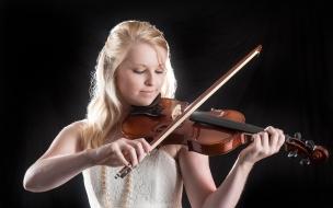 Mujer tocando violin
