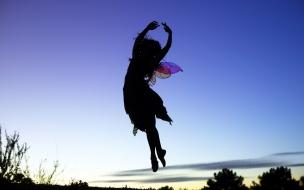 La silueta de una chica saltando