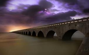 Un gran puente en el mar