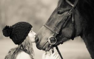 Mujer besando a caballo