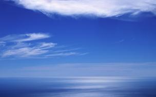 Cielo azul en el horizonte
