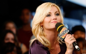 Una rubia con un microfono