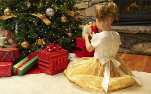 Niña arreglando el arbol de navidad