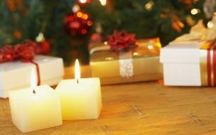 Velas cuadradas como adornos en navidad