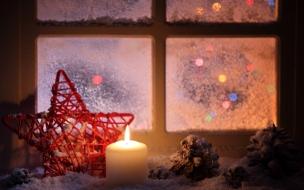 Vela junto a la ventana en navidad
