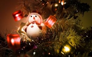 Muñeco de nieve en arbol de navidad