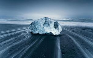 Una gran roca en la playa