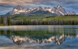 La cordillera y un lago