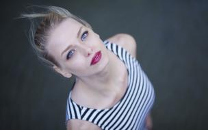 Rubia con ojos azules