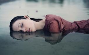 Chica descansando