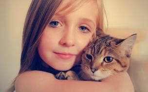 Niñas abrazando a gatos