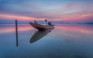 Un bote en la playa con reflejos