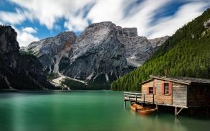 Una bella casa en un lago verde