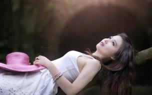 Chica asiática acostada
