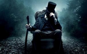 Un hombre misterioso sentado